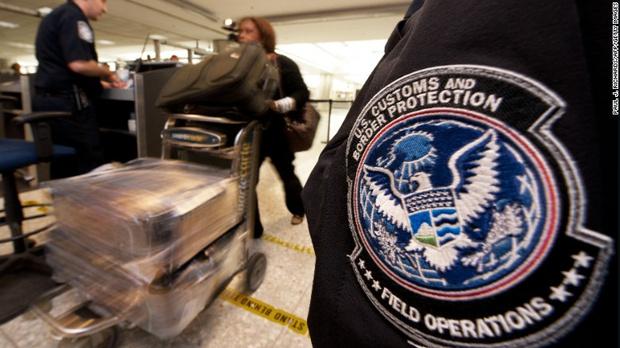 Фото №1 - Американку оштрафовали на 500 долларов за яблоко из самолета