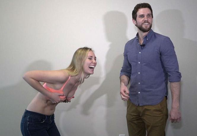 мужчины пытаются расстегнуть хитрые модели лифчиков забавное видео