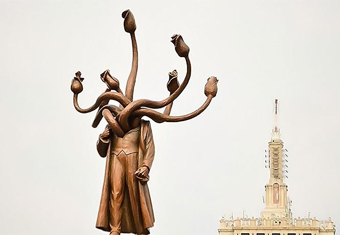 Фото №1 - Памятник Ленину в Бухаресте превратили в многоголовую гидру