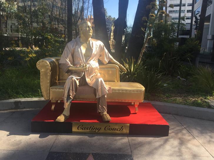 Фото №1 - В Голливуде установили памятник Харви Вайнштайну (ВИДЕО)