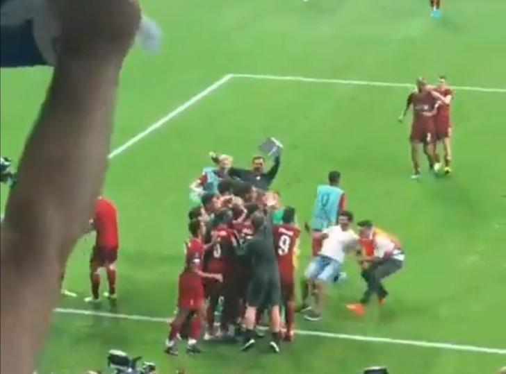 Фото №1 - Самая дурацкая травма сезона: вратаря «Ливерпуля» вывел из строя собственный же фанат (видео)
