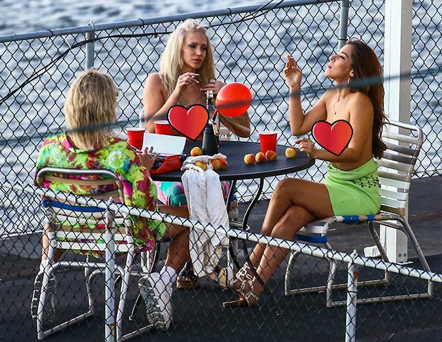Фото №1 - Папарацци запечатлели Мэттью Макконахи с двумя актрисами с голой грудью