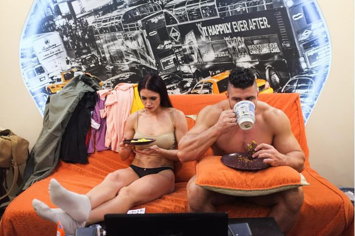 Фото №1 - Обескураживающие фотографии повседневной жизни мужа и жены стриптизеров