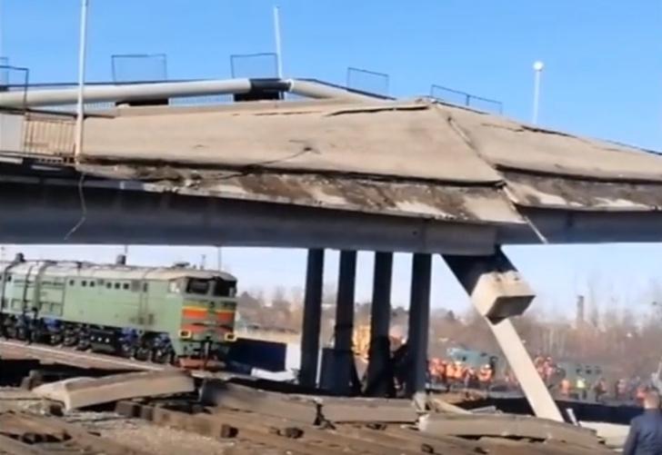 Фото №1 - Недорухнувший мост эпично дорушили тепловозом (видео)