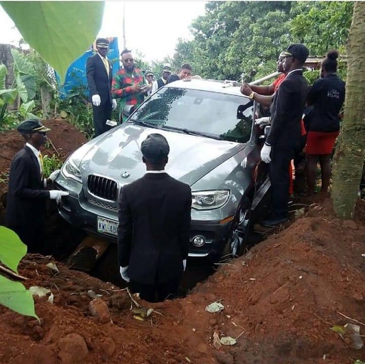 Фото №1 - Мужчина похоронил отца в новехоньком BMW X5 и привел Интернет в ярость!