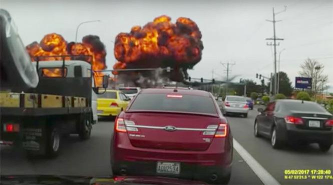 Камера засняла взрыв самолета возле американской автотрассы