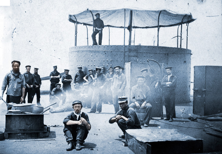 Редчайший кадр: кок (слева) готовит обед на борту «Монитора»