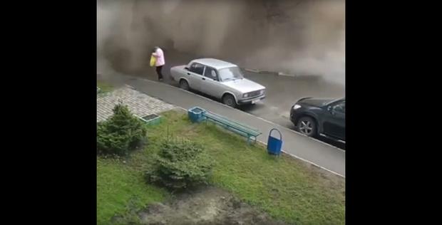 Фото №1 - Эпичный прорыв водопровода в Барнауле (ВИДЕО)