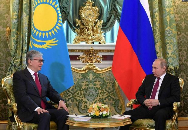 Фото №5 - СМИ обнаружили, что президента Казахстана «омолодили» на официальных фото