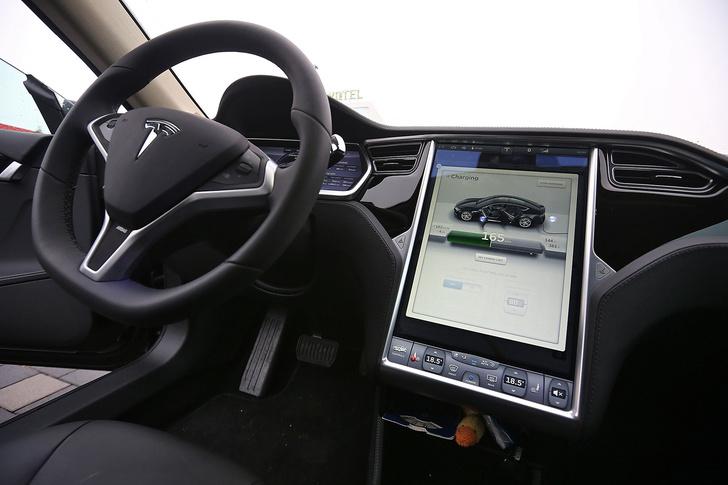 Фото №5 - Электромобиль Tesla Model S — голливудский тест-драйв с дымящимися покрышками и запахом сгоревшей резины
