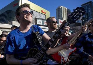 Highway To Hell на 457 электрогитарах: новейшее рок-н-ролльное пополнение в Книге рекордов Гиннесса