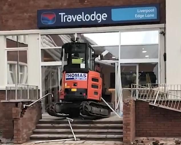 Фото №1 - В Ливерпуле водитель маленького экскаватора разнес отель из-за невыплаченной зарплаты (видео)