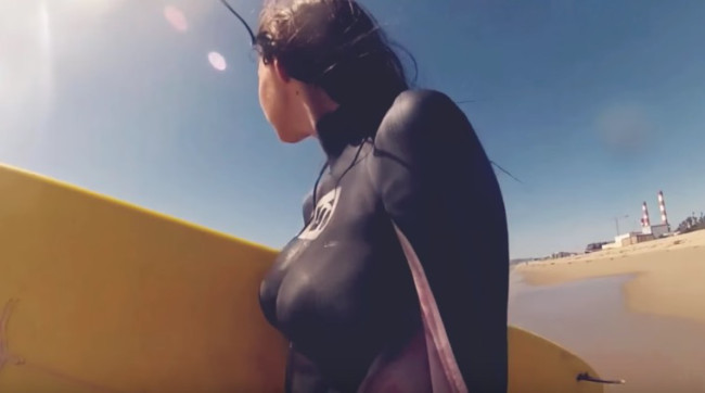 Обнаженные серфингистки в нарисованных гидрокостюмах — лучшее спортивное видео недели!