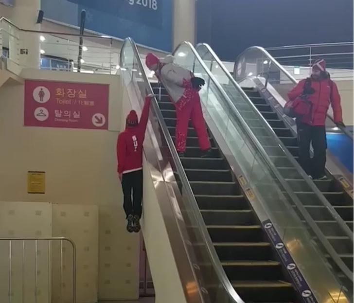 Фото №1 - Швейцарский лыжник не очень понял эскалатор