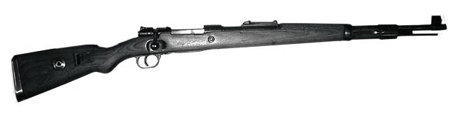 Приняты на вооружение винтовка и карабин Маузера 98к— оружие, с которым германские солдаты воевали до 1945 года.
