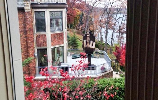 Миллионер приобрел недвижимость напротив дома бывшей жены сединственной целью — украсить террасу необычной скульптурной композицией