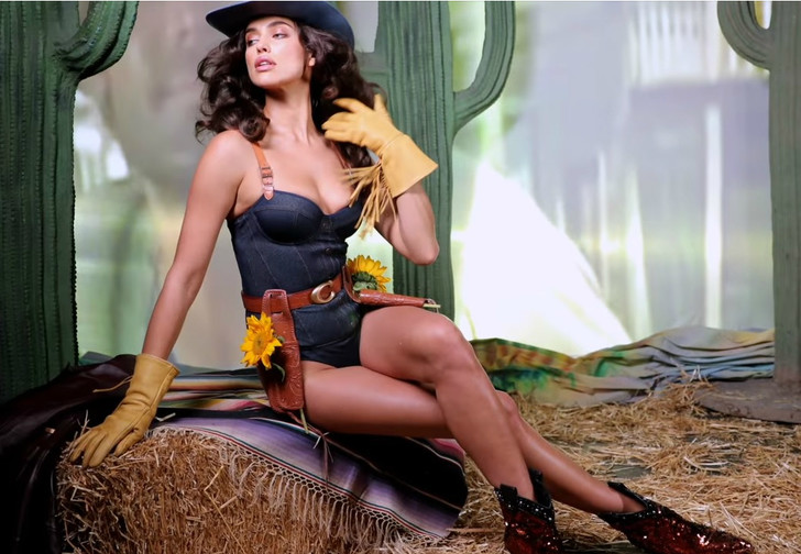 Фото №1 - Наша соотечественница Ирина Шейк снялась в задорном видео в купальнике и ковбойской шляпе!