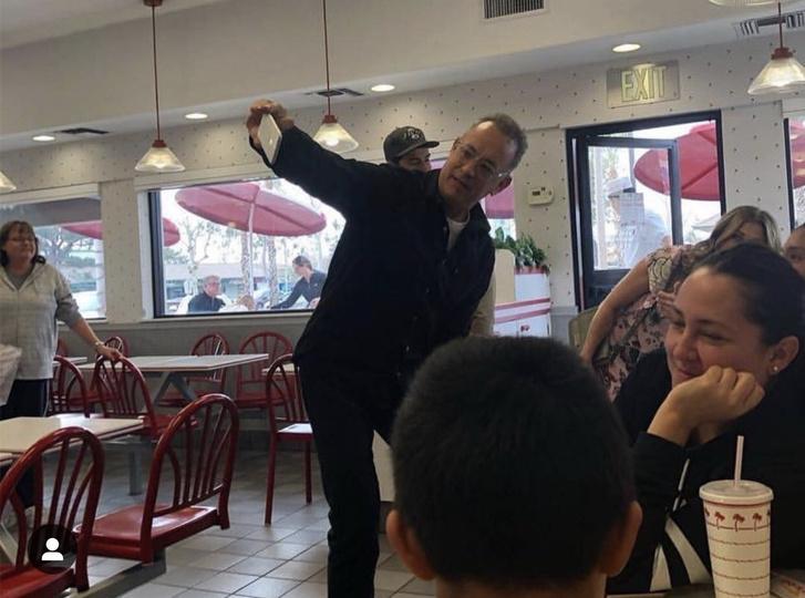 Фото №3 - Том Хэнкс пришел в обычную закусочную и купил всем бургеры