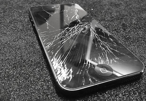 Разбитый экран на iPhone - что делать?