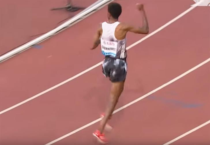 Фото №1 - Эфиопский бегун обогнал всех на дистанции в пять километров и начал праздновать победу, но, оказалось, рано (видео)