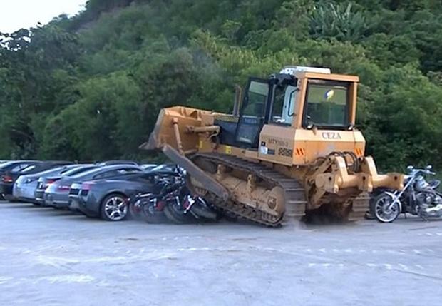 Фото №1 - Будьдозер давит роскошные автомобили. ВИДЕО, от которого физически больно!