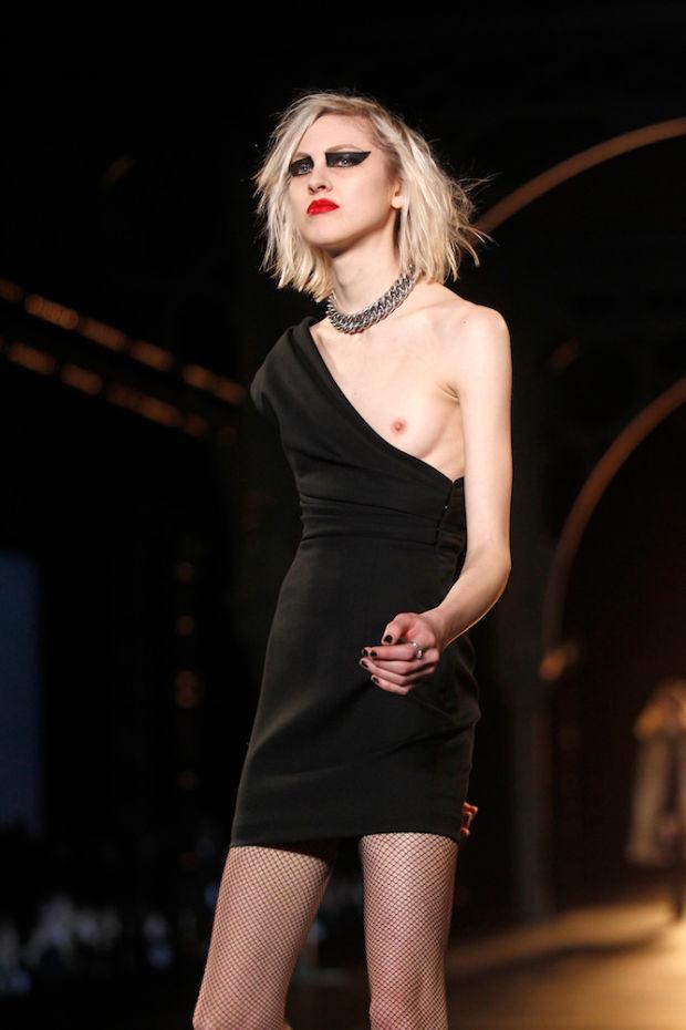 Фото №4 - Моногрудь! Тренд, который заставит тебя забыть вагино-платья!
