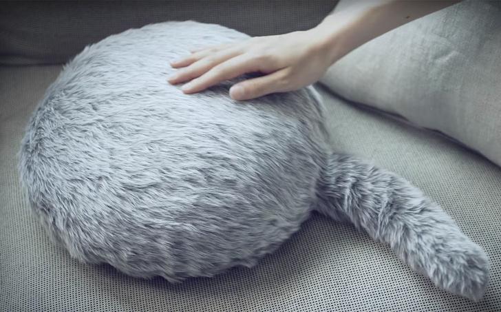 Фото №1 - Робот-подушка Qoobo: японская реклама очередной криповой ерунды!