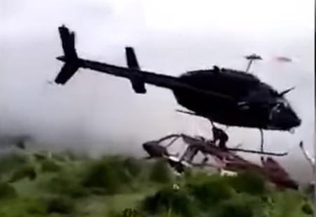 Однако! Прямо на вертолет, потерпевший крушение, упал другой вертолет (катастрофичное ВИДЕО)