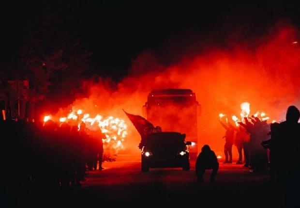 Фото №1 - Фанаты встретили «Зенит» огненным шоу (видео)