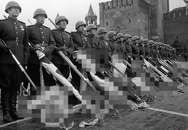 Фото №1 - В Госдуму внесен проект, разрешающий показывать гитлеровскую символику в учебниках