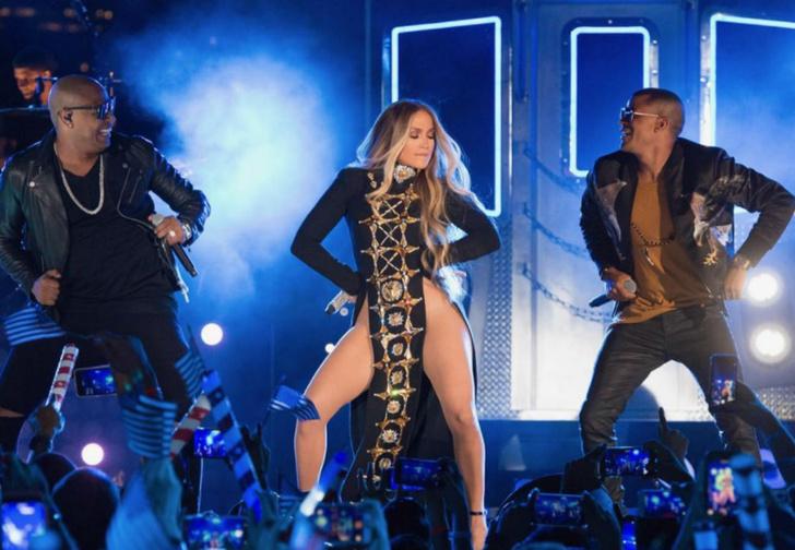Фото №1 - Дженнифер Лопес надела вагино-платье на концерт!