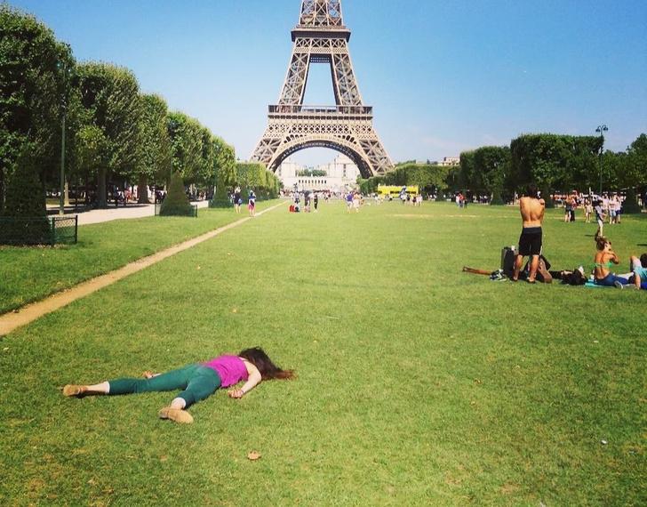 Фото №1 - Девушка делает пугающие антиселфи по всему миру (16 лучших прилагаем)