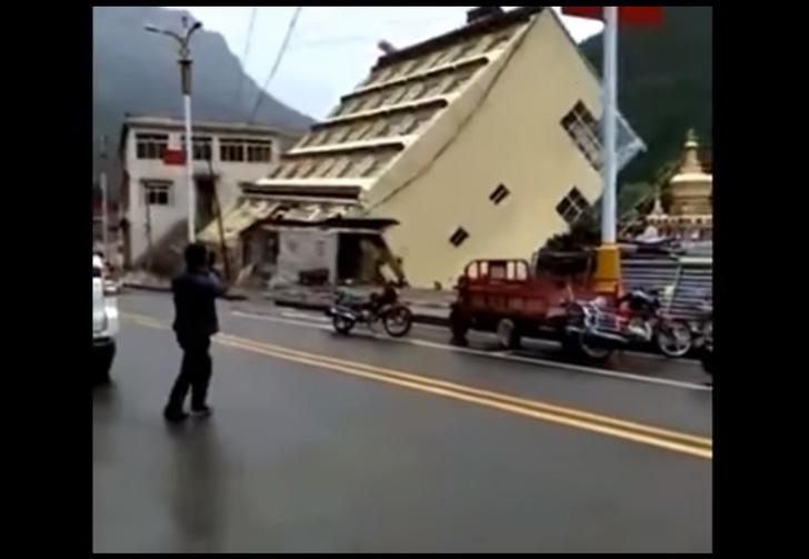 Фото №1 - 5-этажный дом рухнул в реку! Завораживающее видео