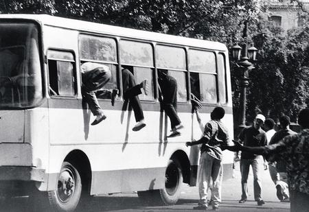 Почему на окнах автобусов и троллейбусов пишут «запасный выход», а не «запасной»?