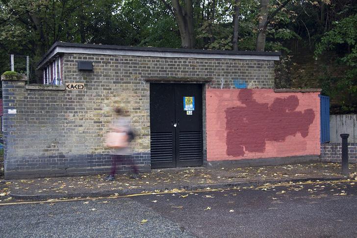 Фото №10 - Красное на черном: Как уличный художник троллил коммунальщиков