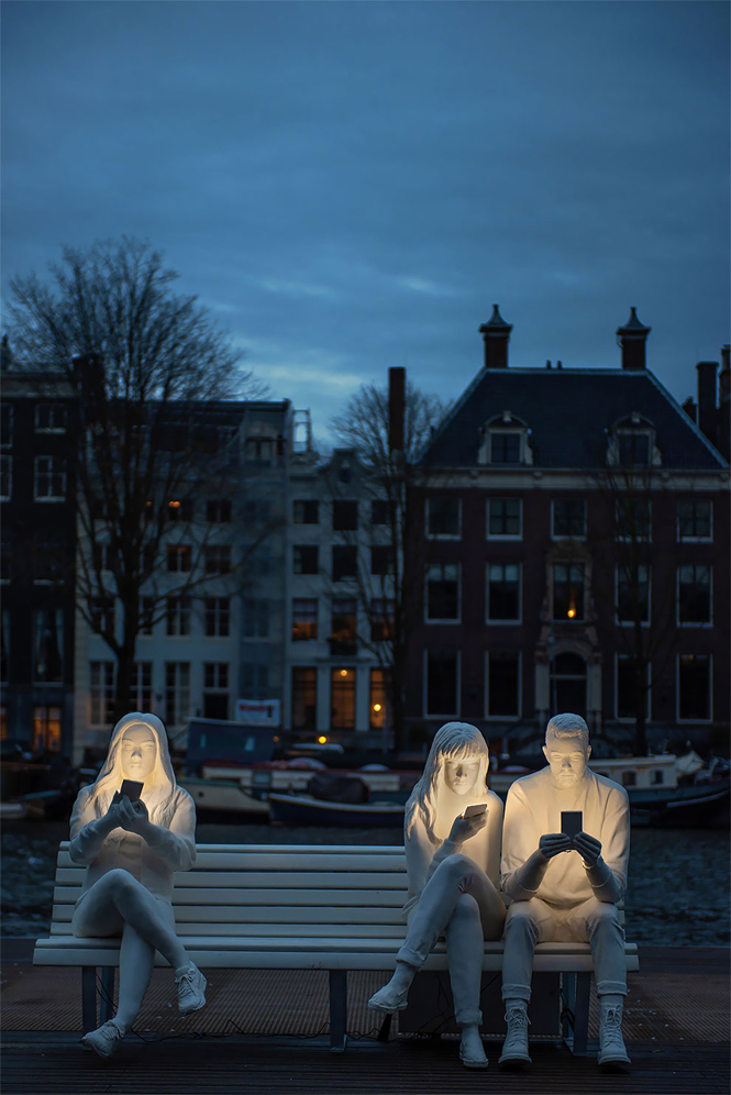 Фото №5 - В Амстердаме возвели светящий монумент пользователям смартфона