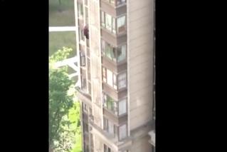 84-летняя китайская бабуля убежала из дома через окно 14-го этажа (видео)
