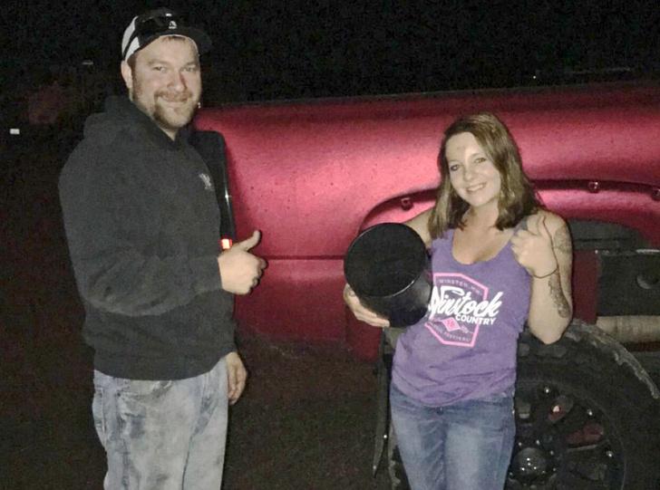Фото №2 - Слишком любознательная девица застряла головой... в выхлопной трубе автомобиля! (непроходимое ВИДЕО)