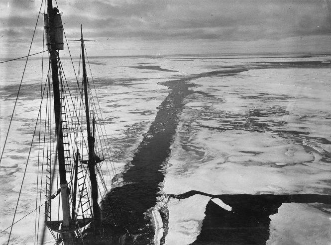 «Эндьюранс» прокладывает путь во льдах моря Уэдделла