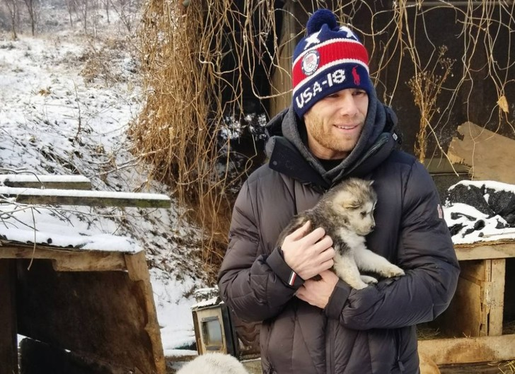 Фото №1 - Олимпиец спас собаку, которую должны были съесть в Корее, а общественность его жестко раскритиковала