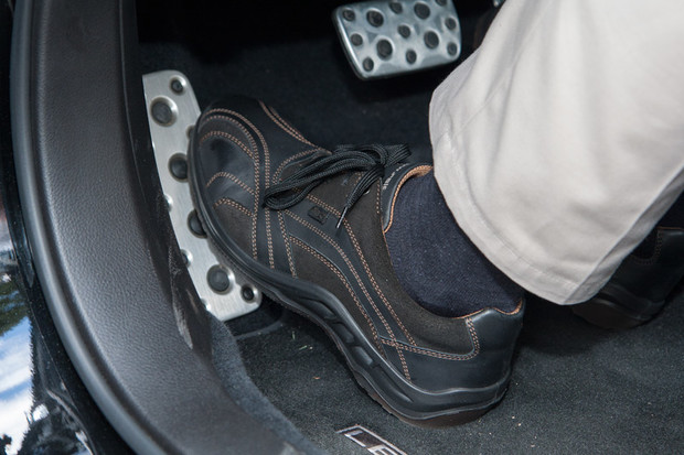 Слева от педалей в любом автомобиле расположена площадка для отдыха левой ноги