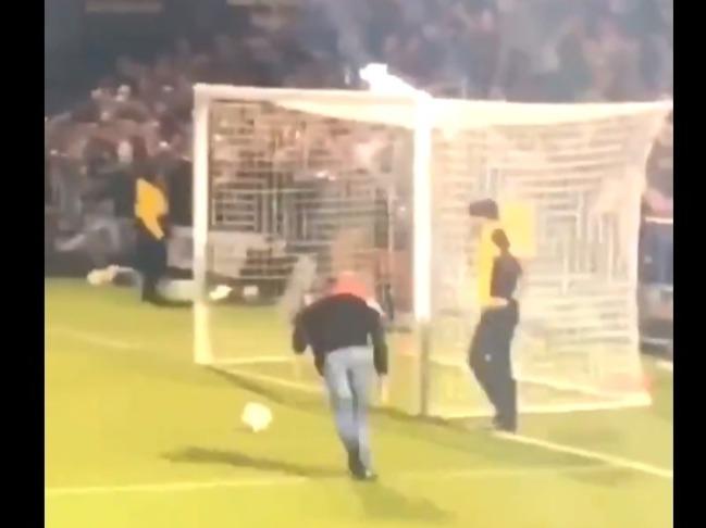 Фото №1 - Косолапый футбольный фанат насмешил стадион, а видео с его выходкой стало вирусным