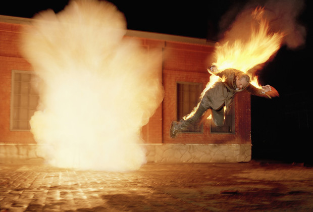 Фото №2 - Как тушить пожары и горящих людей подручными средствами
