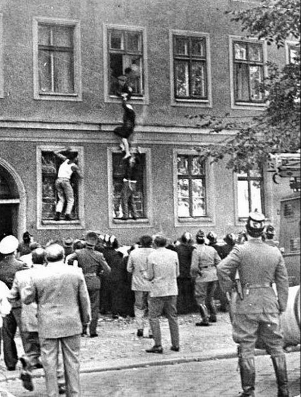 Фото №1 - История одной фотографии: жительница Восточного Берлина бежит в Западный через окно, 1961 год