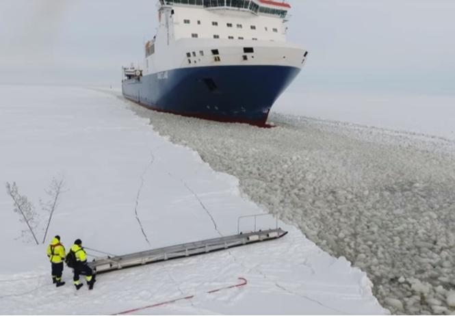 Как на ходу забраться в уходящий корабль (моряцкая ВИДЕОинструкция)