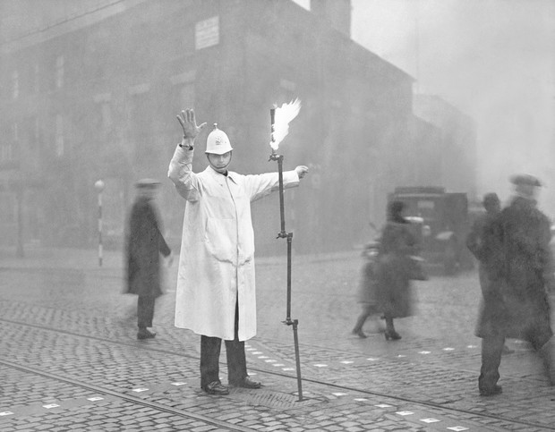 Фото №1 - История одной фотографии: уличный регулировщик в Лондоне в 1935 году