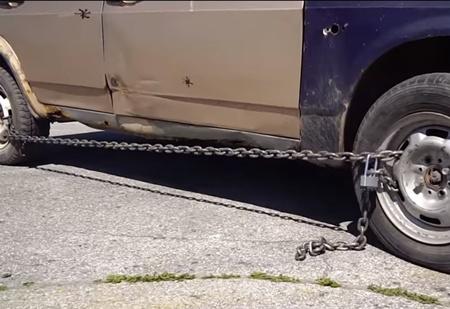 Вот что будет, если сковать колеса автомобиля цепями и поехать! (противоугонное ВИДЕО)