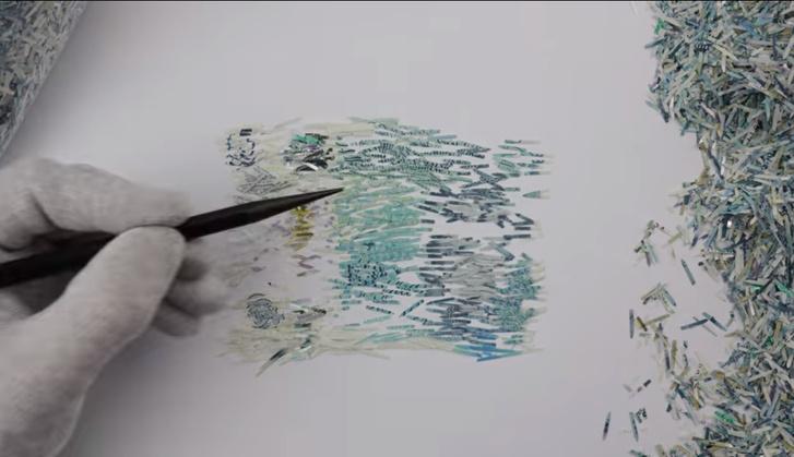 Фото №1 - Посмотри видео и разинь рот: парень складывает купюру из миллиона частичек порезанных купюр!
