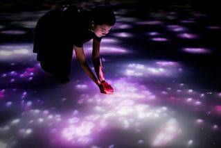 Японская световая инсталляция в бассейне по колено (видео)