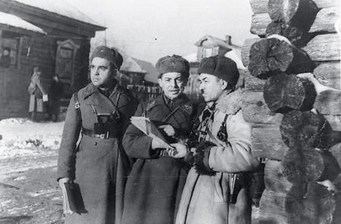 Командир дивизии Панфилов (справа)